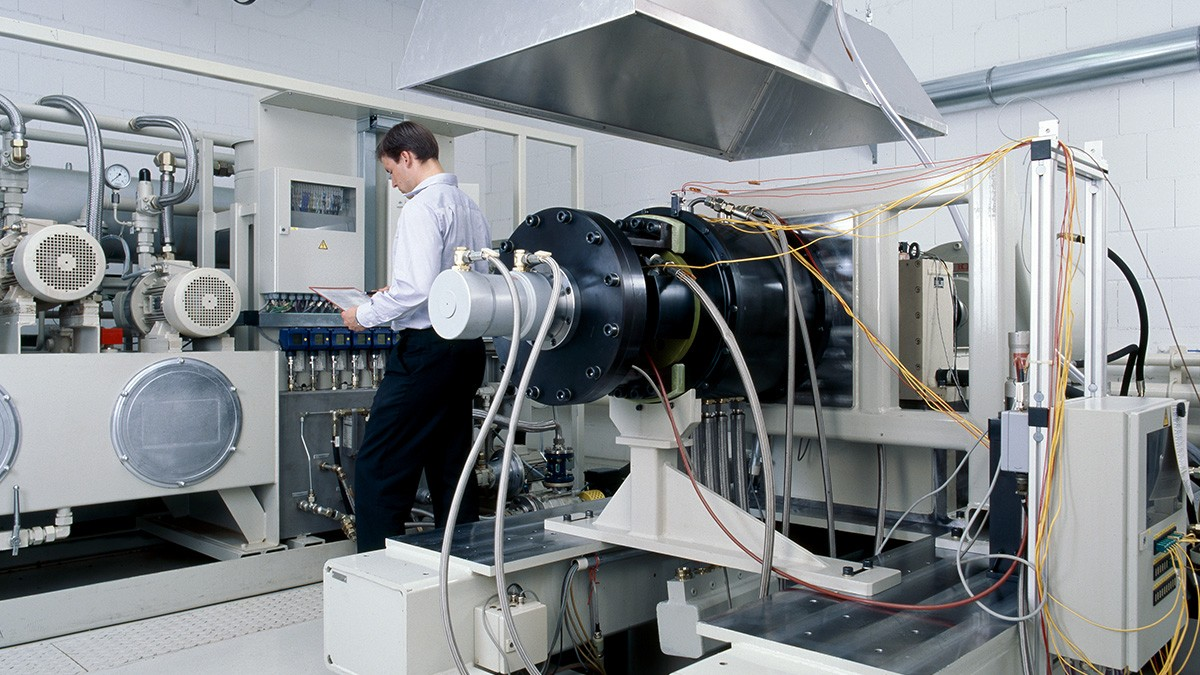 Våra servicetjänster omfattar inte bara utveckling och tillverkning av de beskrivna produkterna, utan även genomförande av testriggsförsök och förprovning samt diagnos och rekonditionering av högvärdiga lagringar.