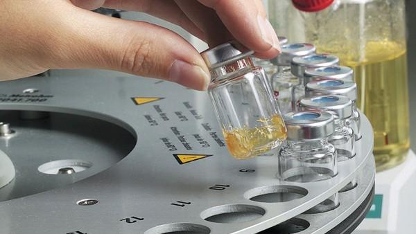 Schaeffler testar de fetter som används i sitt eget smörjmedelslaboratorium.